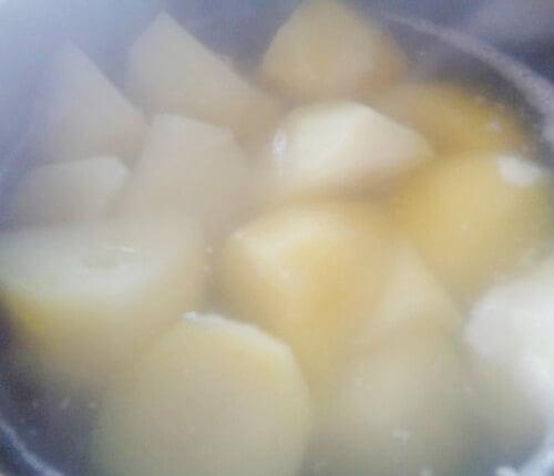Đem khoai tây luộc hoặc hấp chín.
