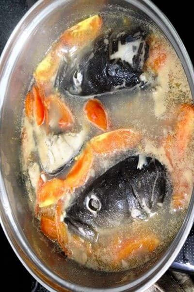 nấu nước dùng chả cá