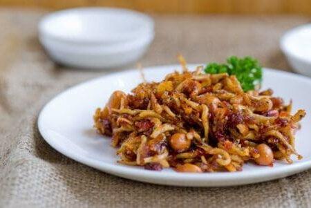 cá cơm khô sốt đậu phộng rang cay